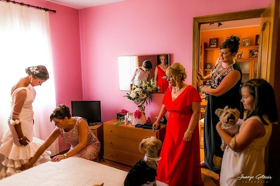 fotos-naturales-vistiendo-a-la-novia-el-dia-de-su-boda