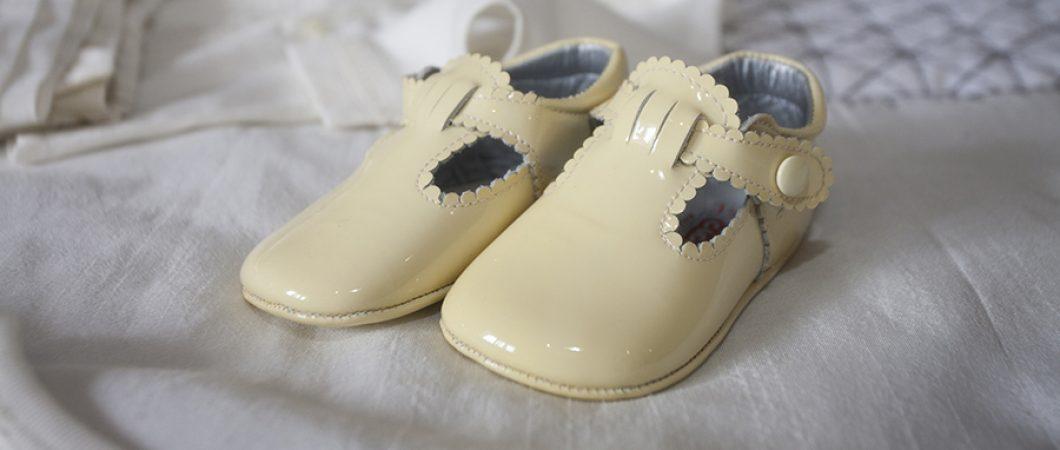 Fotos de detalles bautizos, zapatos bebe